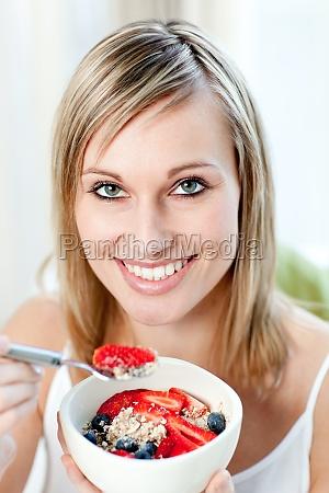 mulher risadinha sorrisos alimento belo agradavel