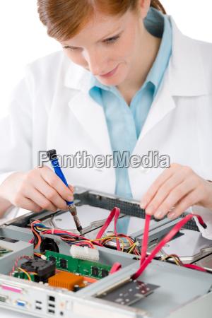 mulher reparacao reparaveis engenheiro ajuda computadores