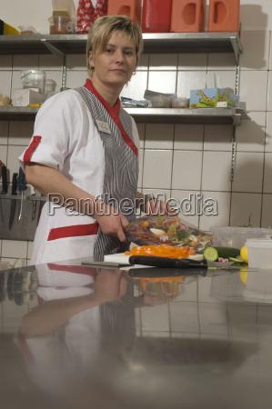 mulher ingredientes prateleiras tabela acordo negocio