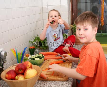 criancas na cozinha