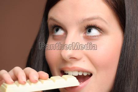 chocolate close up jovem mulher