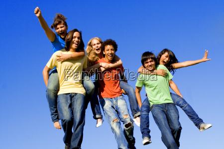 piggyback diversos adolescentes do grupo