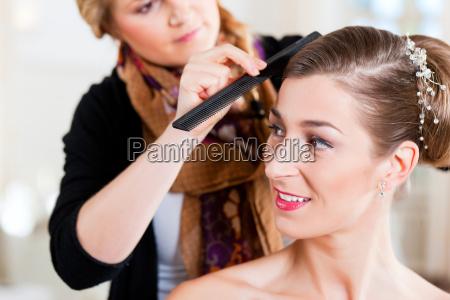 barber colocar penteado de uma noiva