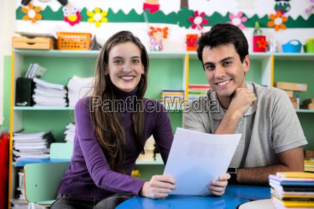 dois professores na sala de aula