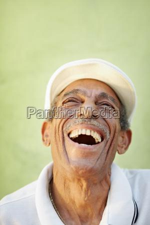 homem latino idade sorrindo de alegria