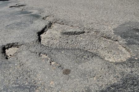 um buraco na estrada