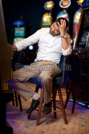 homem jogando na slot machine