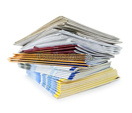 pilha de revistas e jornais