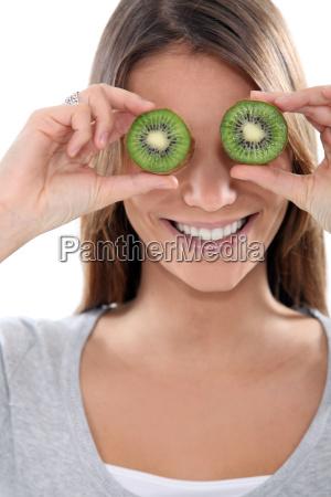 mulher com olhos do quivi