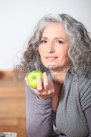 mulher madura bonita que come a