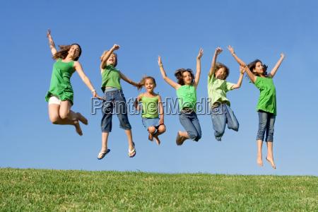 feliz grupo de criancas da raca