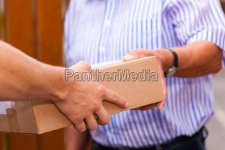 servico postal entrega de um pacote