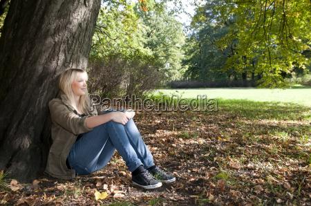jovem mulher sentada no parque
