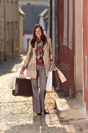 outono equipamento shopping mulher elegante sacolas