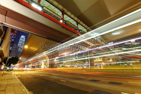 luz do carro trilhas em cidade
