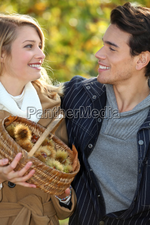 castanhas casal coleta na cesta