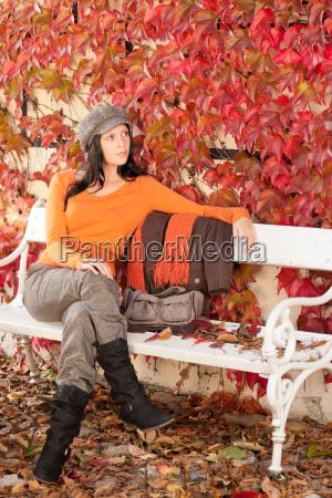 outono banco de parque jovem mulher