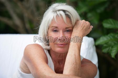mulher cinzento de cabelos sentado no