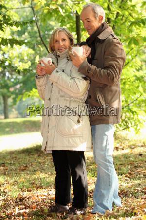 casal antigo ao ar livre com
