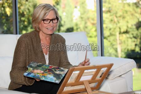 artista da mulher em casa