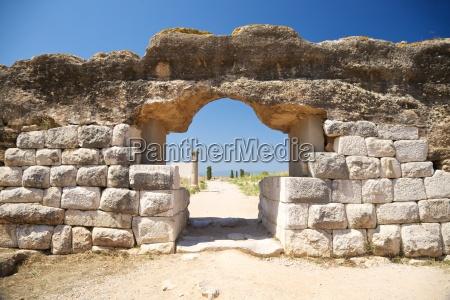 porta da cidade antiga de empuries
