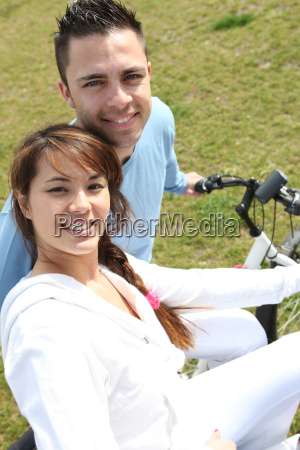 casal jovem andando de bicicleta em