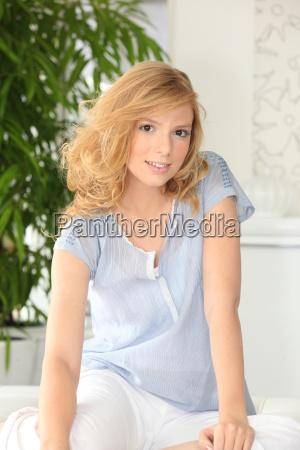 jovem mulher relaxando em casa