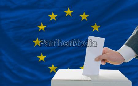 homem votar em eleicoes na europa