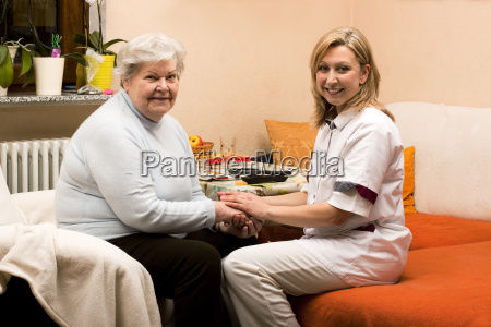 lar de idosos faz visita domiciliar