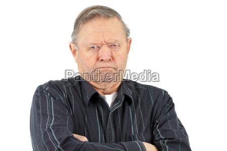 homem idoso mal humorado