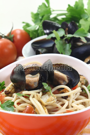 spaghetti with tomatoes and mussels