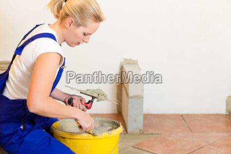 ladrilhadoras femininas que colocam telhas