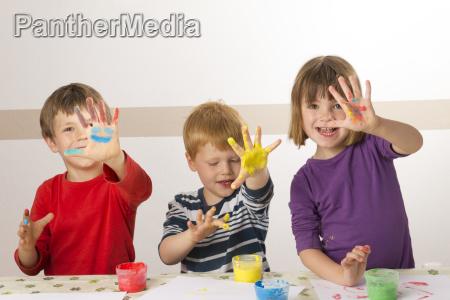 pintura da crianca com pinturas do