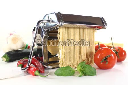 fazer cozinheiros cozinhar talharim manjericao espaguete