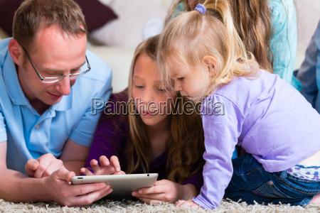 a familia joga com o computador