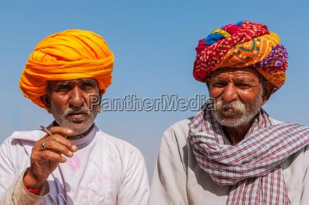 dois homem indiano idoso com turbante