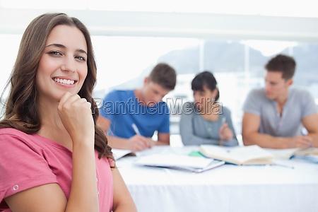 mulher risadinha sorrisos escrever belo agradavel