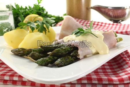 asparagus with hollandaise sauce and potatoes