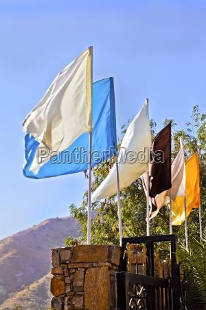 bandeiras multi colorido simples na parede