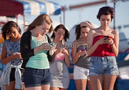 jovens senhoras usando seus telefones