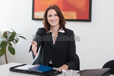a mulher de negocios atrativa alcanga