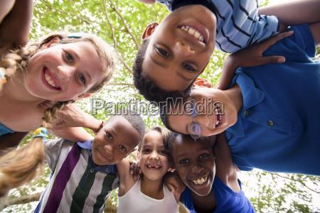 criancas que abracam no circulo ao