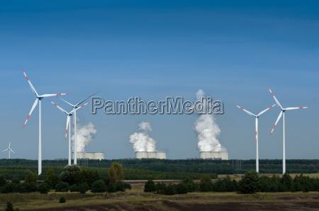 turbinas de vento na frente de