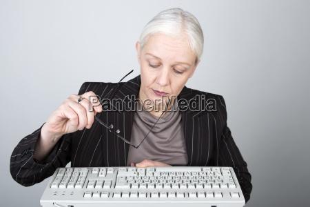 mulher escritorio contratado funcionarios teclado colaborador