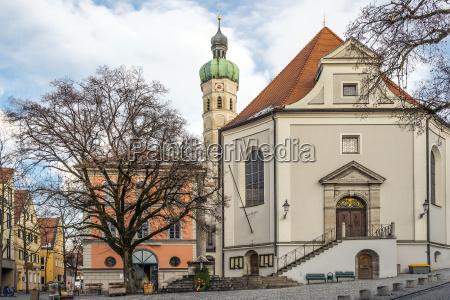 igreja com casas arvores rua e