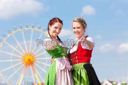 mulheres novas no festival da primavera
