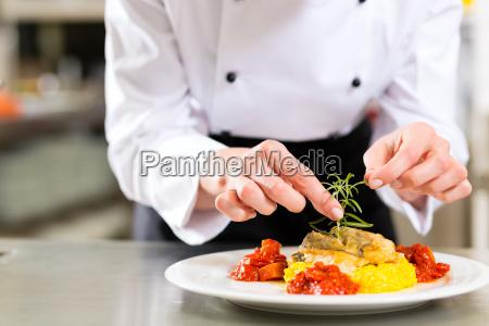 cozinhe na cozinha do restaurante ou