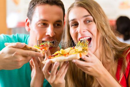 mulher casa comer homem