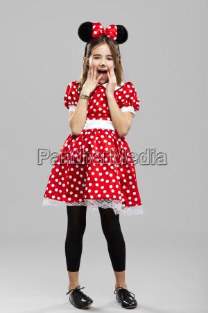 menina com um custome do carnaval