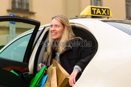 mulher taxi compras passageiro compra turista